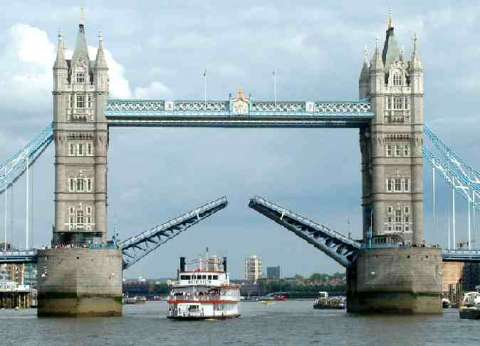 """إضاءة """"جسر البرج"""" في لندن بألوان العلم الفرنسي"""