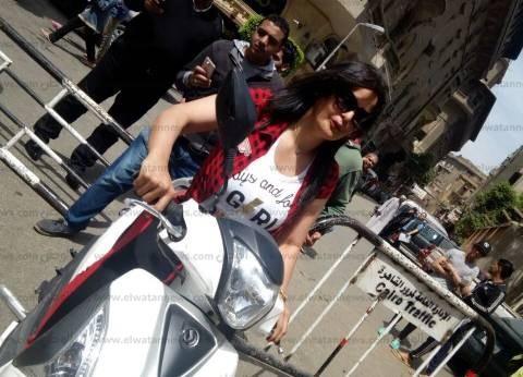 بالفيديو| سما المصري تنتخب بدراجة بخارية: هقفلكو على جنب