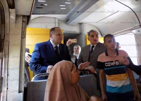 بالصور| محافظ الفيوم الجديد يصعد قطارا ويستمع لشكاوى الركاب