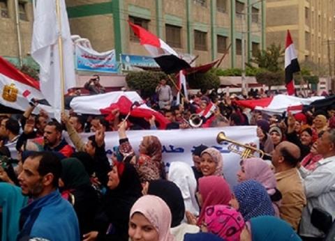آلاف في مسيرة بجامعة المنصورة لحث المواطنين على المشاركة بالاستفتاء