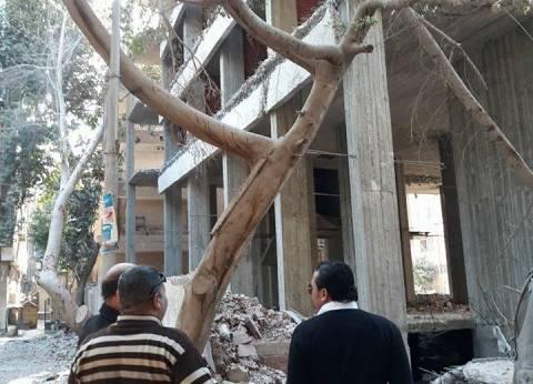 رئيس حي العمرانية يقود حملة لإزالة عقار مخالف بشارع طه حسين