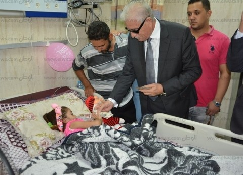 محافظ جنوب سيناء يزور المرضى بمستشفى الطور ويهنئهم بعيد الأضحى