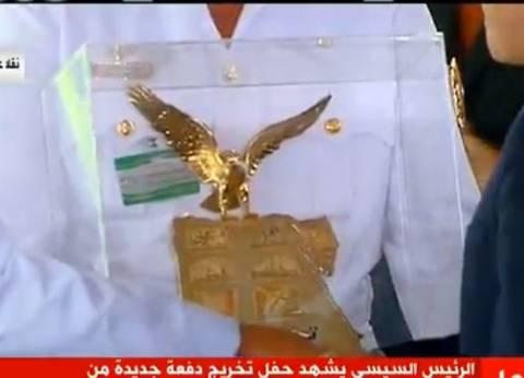 بالصور| رئيس أكاديمية الشرطة يهدي السيسي مجسما لوزاة الداخلية