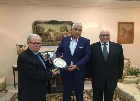 رئيس جامعة عين شمس يكرم السفير المصري بسلطنة عمان