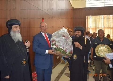 ورد ودرع وصورة تذكارية.. هدايا كنائس البحر الأحمر للمحافظ بمناسبة العيد