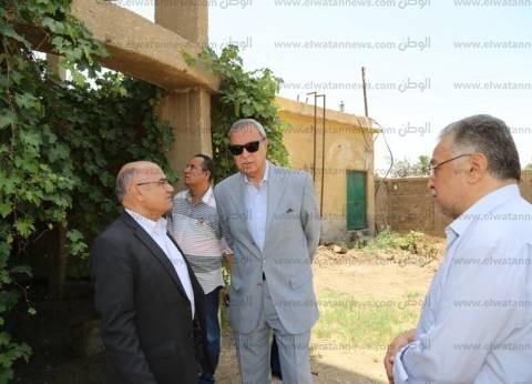 محافظ قنا يعاين موقع إنشاء محطة مياه أبو دياب