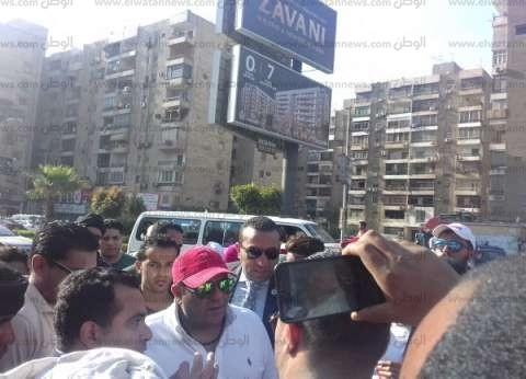 بالصور| محمد فؤاد يوزع الشاي أمام لجنته الانتخابية