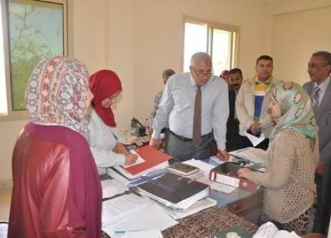 محافظ الوادي الجديد يتفقد سير العمل ببعض إدارات ديوان عام المحافظة