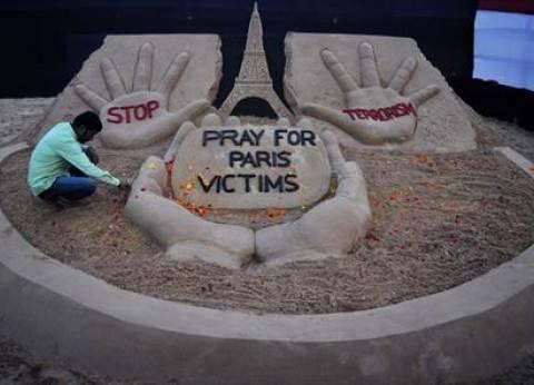 بالصور| فنان هندي ينحت نصبا تذكاريا من الرمال لضحايا هجمات باريس