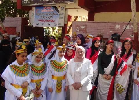 الدقهلية: طالبات «المنصورة» يستقبلن الناخبين بالورود والزى الفرعونى على أبواب اللجان