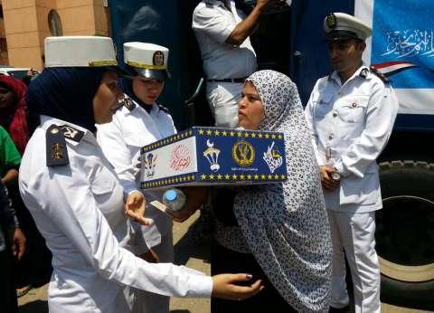 """""""أمن القاهرة"""" يوزيع السلع الغذائية على المواطنين بمناسبة رمضان"""