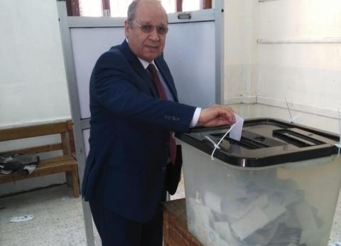 صور| رئيس مجلس الدولة يدلي بصوته على التعديلات الدستورية في بنها
