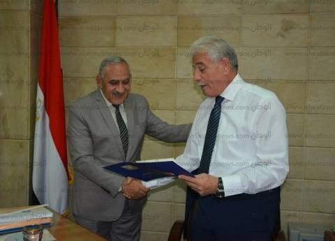 محافظ جنوب سيناء يكرم وكيل مديرية الصحة لبلوغه سن التقاعد