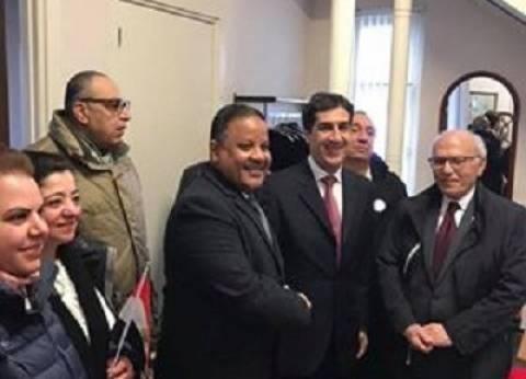 بالصور| المصريون في هولندا يرفعون علم مصر أثناء مشاركتهم بالتصويت
