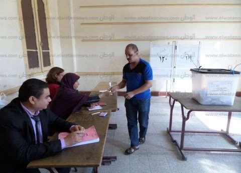 ضبط اثنين من أنصار مرشح بالسويس يوجهان الناخبين أمام إحدى اللجان