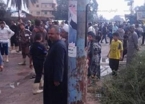 بالصور| أهالي أبوالمطامير يقطعون الطريق احتجاجا على تقاعس المسؤولين أمام السيول