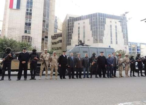 """في عيد الشرطة.. قوات الأمن تحكم قبضتها على الميادين وتوزع """"شكولاتة"""" للمواطنين في قنا"""