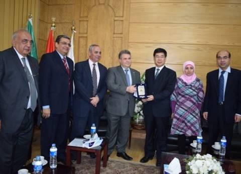 رئيس جامعة بنها يستقبل وفدا صينيا لبحث التعاون العلمي بين الجانبين