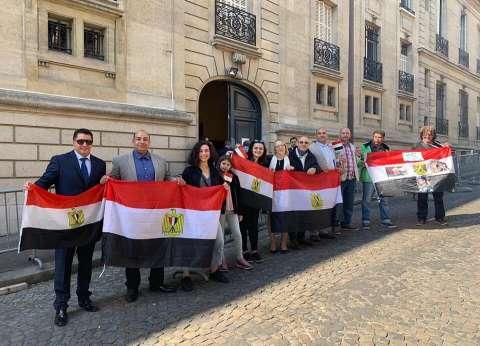 استشاري موارد مياه بحكومة أبوظبي يدلي بصوته في الاستفتاء