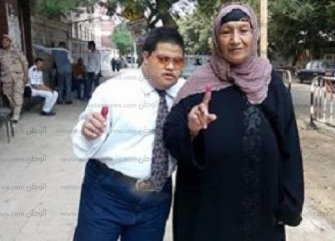 """معاق """"ذهنيا"""" يصوت بالإعادة: """"عشان السيسي"""".. ورئيس لجنة: نجرى لهم اختبارات"""