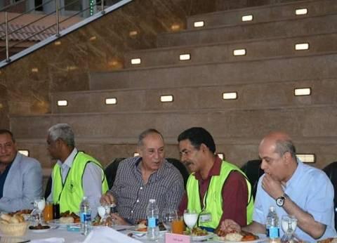 """محافظ البحر الأحمر يشارك العاملين في """"المقاولون العرب"""" إفطارهم الجماعي"""