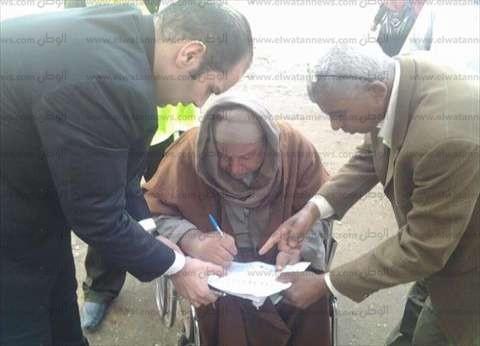 """""""لفتة إنسانية"""".. رئيس لجنة يخرج بأوراق الاقتراع إلى مسن تعرض لإصابة قوية بالمدرسة"""