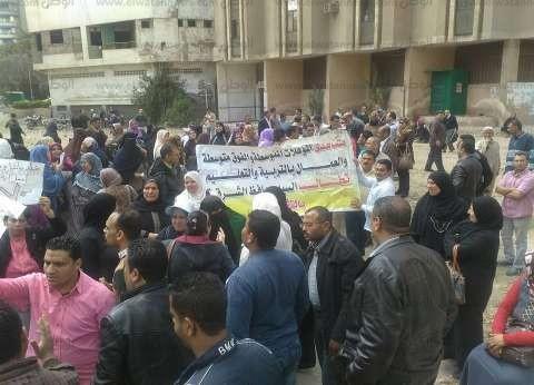"""المؤقتين بـ""""تعليم الشرقية"""" يجددون وقفتهم أمام المحافظة للمطالبة بالتثبيت"""