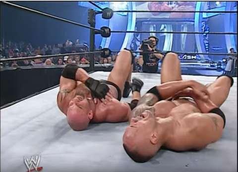 """بالفيديو  قتال عنيف بين عملاقي المصارعة """"ذا روك"""" و""""جولدبيرج"""""""