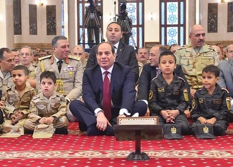 بالفيديو  الرئيس السيسي يشارك أبناء الشهداء الصلاة والاحتفال عيد الفطر