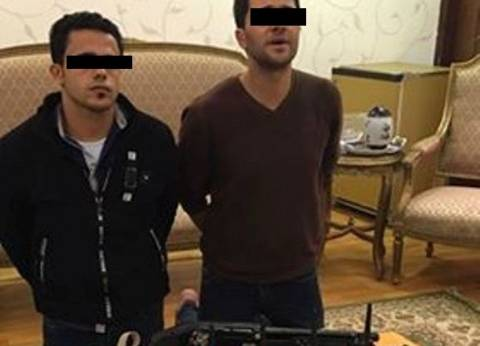 """القبض على زعيم عصابة """"الشرطة المزيفة"""" وبحيازته أجهزة لاسلكية وأسلحة"""