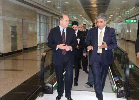 وزير الطيران يتفقد إجراءات سفر ووصول الركاب في مطار القاهرة