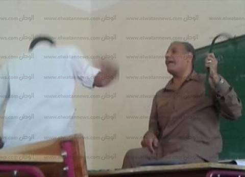"""بالصور  معلم بمدرسة خاصة في أسيوط يستخدم """"الخرطوم"""" لتعليم الطلاب"""