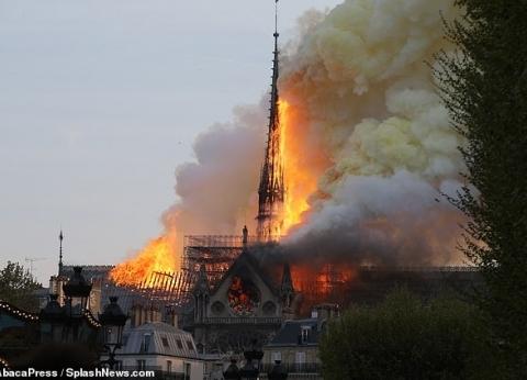 """فرنسا تشكر داعميها في حريق """"كاتدرائية نوتردام"""": """"شامخة رغم النيران"""""""