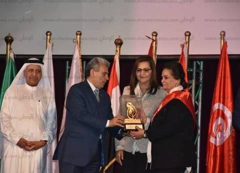 رئيس جامعة القاهرة يكرم محافظ البحيرة المهندسة نادية عبده