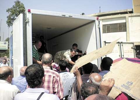 سيارة تابعة لأحد المرشحين توزع علب حلوى على الناخبين بالعمرانية