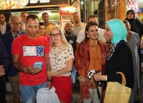 بالصور| وزيرة الاستثمار تلتقي سائحين مصريين وأجانب بشرم الشيخ