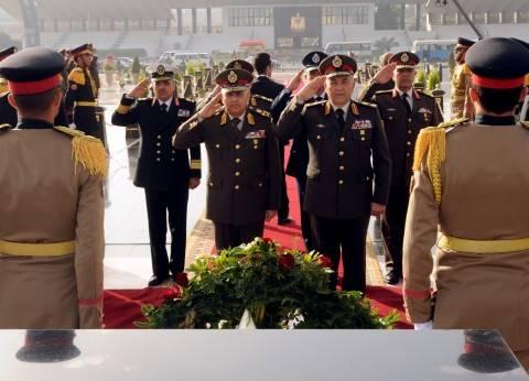 السيسي ينيب وزير الدفاع لوضع إكليل من الزهور على النصب التذكاري لشهداء الجيش