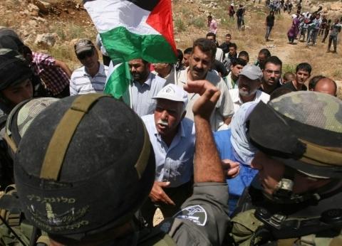 قوات الاحتلال تصيب مشاركين في مسيرة بلعين بالاختناق