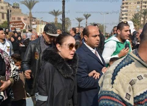 انهيار شيرين عقب وصول جثمان كريمة مختار إلى مسجد عمرو بن العاص