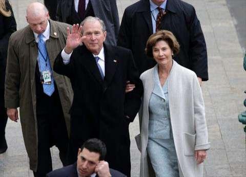 """صورة  بوش بـ""""المشمع"""" في حفل تنصيب ترامب رئيسًا لأمريكا"""