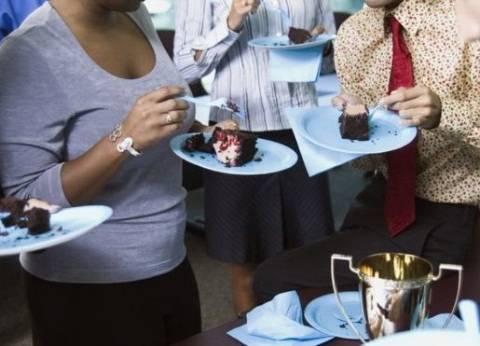 أطباء أسنان بريطانيون: يجب إنهاء ثقافة تناول الكعك في أماكن العمل