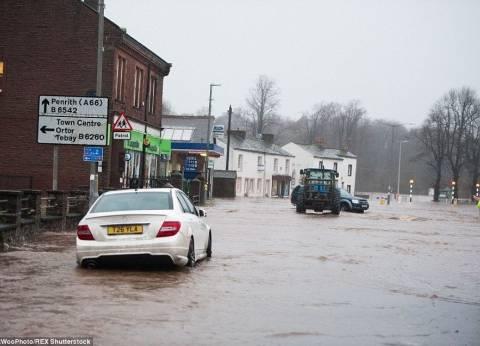 الحكومة البريطانية تعقد اجتماعا لبحث أزمة الفيضانات