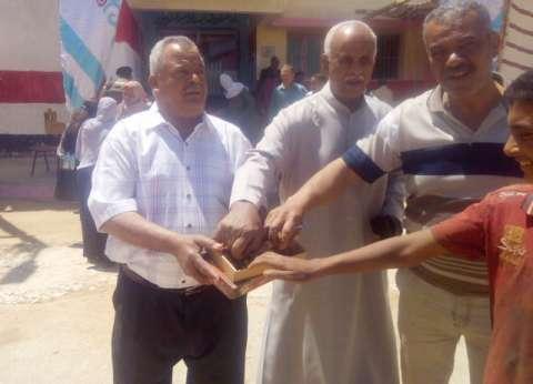 """مواطن يشارك بصوته ويوزع """"التمر"""" أمام لجان الاستفتاء بالوادي الجديد"""