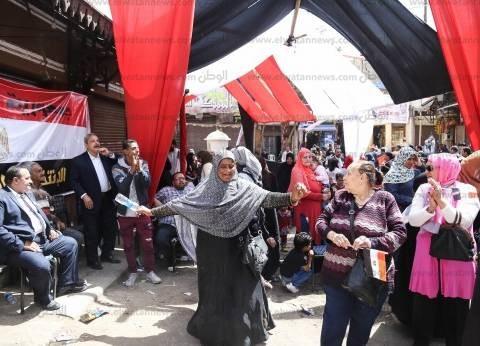 عشرات الناخبين يرقصون أمام إحدى لجان مدينة نصر