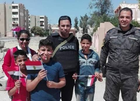 ببدلة الصاعقة وعلم مصر.. طلاب سيناء يستقبلون الناخبين في لجان التصويت