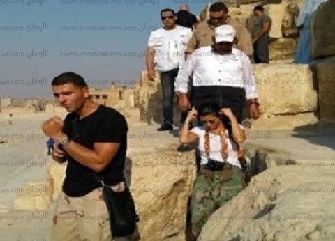 بالصور| كورتني كاردشيان وصديقها العربي يزوران أهرامات الجيزة