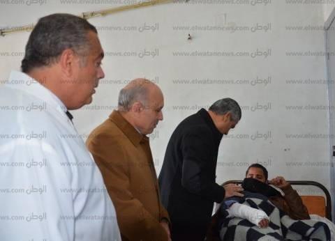 """وزير النقل يقبل رأس مصاب في حادث """"قطار بني سويف"""": حقكم علينا"""