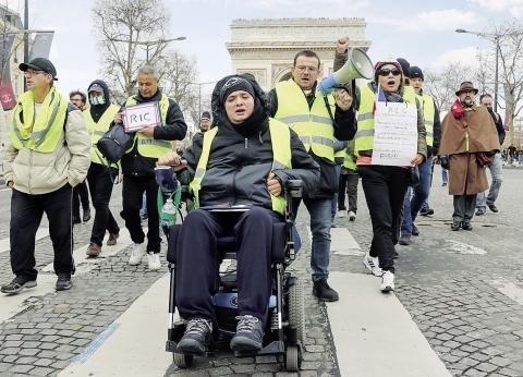 """""""متظاهرون"""" من السترات الصفراء يحاولون الوصول إلى مقر """"ماكرون"""""""