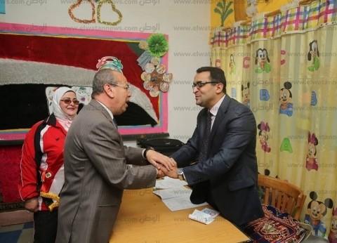 بالصور  محافظ كفر الشيخ يتفقد لجنة الاستفتاء بمدرسة اللغات الرسمية