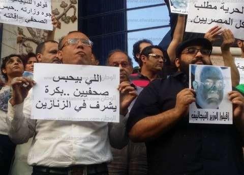 الأمن يفتح شارع عبدالخالق ثروت.. والصحفيون يواصلون وقفتهم على سلم النقابة